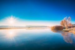 De Zonstijgingen van de zonsondergangzonsopgang over Rivier De herfst Royalty-vrije Stock Foto