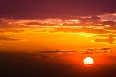 de zonstraal is daalt en verbazende dramatische oranje wolk, schemering royalty-vrije stock afbeeldingen