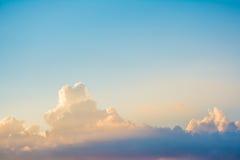 De zonstraal glanst door donkere wolk in de hemel Stock Foto's