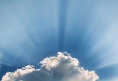 De zonstralen komen door wolken Stock Afbeelding