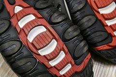 De zool van het schoenen rode en zwarte rubber royalty-vrije stock fotografie