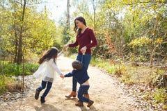 De zoon en de dochter draaiende cirkels van de familiemoeder Stock Afbeelding