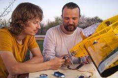 De zoon en het vader gemaakte eigengemaakte radio-gecontroleerde modelvliegtuigenvliegtuig zijn hand - gemaakt niet auteursrecht royalty-vrije stock foto