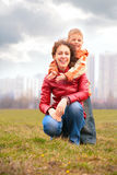 De zoon omhelst moeder van rug stock fotografie