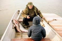 De zoon ontmoet zijn vader die bezig geweest met de onderwater jacht is en aan grote diepten duikt Stock Foto