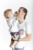 De zoon speelt affectionately met zijn vadersbea stock fotografie