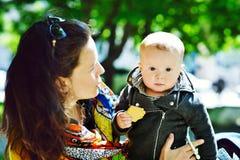 De zoon van de moeder en van de baby Royalty-vrije Stock Afbeeldingen