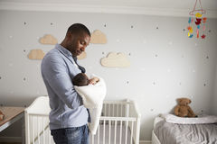 De Zoon van vaderholding newborn baby in Kinderdagverblijf royalty-vrije stock foto's