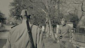 De zoon verlaat het huis van zijn ouders voor oorlog, het schieten stock videobeelden