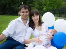 De zoonsrust van de mammapapa in aard met ballons Royalty-vrije Stock Afbeeldingen