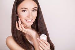 De zorg van de conceptenhuid Een jonge gezonde vrouw met kosmetische room  Royalty-vrije Stock Foto's