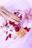 De zorg van de hand met Aromatherapy stock foto's