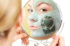 De zorg van de huid Vrouw in het masker van de kleimodder op gezicht schoonheid stock foto