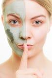 De zorg van de huid Vrouw in het masker van de kleimodder op gezicht schoonheid stock afbeeldingen