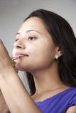 De zorg van de lip door jonge Indische vrouwen Stock Foto's