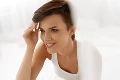 De Zorg van de schoonheidshuid Vrouw die Gezichtsmake-up verwijderen Gebruikend Katoenen Stootkussen Royalty-vrije Stock Afbeeldingen