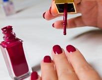 De Zorg van de spijker - de handen van Vrouwen op een witte achtergrond Royalty-vrije Stock Foto