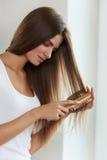De zorg van het haar Mooi Vrouwelijk Haar die Lang Haar met Borstel borstelen royalty-vrije stock fotografie
