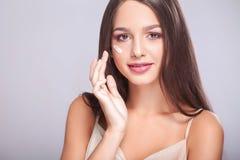 De Zorg van de schoonheidshuid Close-up van het Mooie Sexy het Glimlachen Meisje Zetten Stock Fotografie