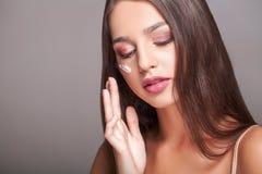 De Zorg van de schoonheidshuid Close-up van het Mooie Sexy het Glimlachen Meisje Zetten Stock Afbeeldingen