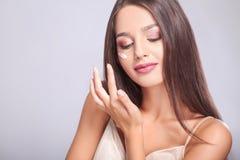 De Zorg van de schoonheidshuid Close-up van het Mooie Sexy het Glimlachen Meisje Zetten Royalty-vrije Stock Foto