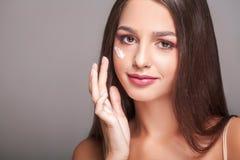 De Zorg van de schoonheidshuid Mooie Gelukkige Vrouw die Kosmetische Room toepassen Stock Foto