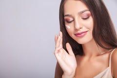 De Zorg van de schoonheidshuid Mooie Gelukkige Vrouw die Kosmetische Room toepassen Stock Afbeeldingen