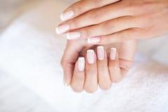De zorg van de vrouwenhand Close-up van Mooie Female Hands Having Spa Manicure bij Schoonheidssalon Schoonheidsspecialist Filing  stock afbeeldingen
