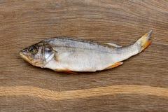 De zoute droge toppositie van riviervissen, baarzen op een houten indrukwekkende achtergrond stock fotografie
