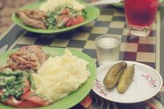 De zoute komkommers, aardappel, braadden vlees, salade van verse komkommers a Royalty-vrije Stock Afbeeldingen