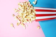 De zoute popcorn of de zoete popcornvlakte legt op gekleurd document royalty-vrije stock foto's