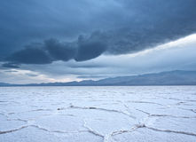 De zoute vlakten van Badwater tijdens een onweer Royalty-vrije Stock Afbeelding