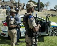 De Zuidafrikaanse Politiedienst - Politieagenten met geweren stock foto's