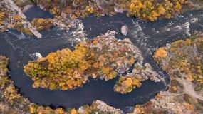 De Zuidelijke Insectenrivier Schilderachtige rotsen en rivierstroomversnelling Het schieten van de lucht stock afbeeldingen