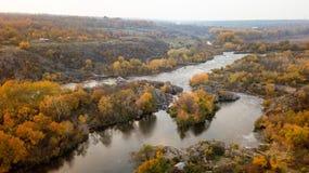 De Zuidelijke Insectenrivier Schilderachtige rotsen en rivierstroomversnelling Het schieten van de lucht royalty-vrije stock afbeelding