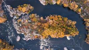 De Zuidelijke Insectenrivier Schilderachtige rotsen en rivierstroomversnelling Het schieten van de lucht stock foto