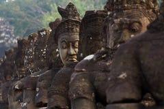 De Zuidenpoort van de brug van Angkor Thom, van Demonen en van Engelen Stock Foto