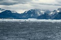 De zuidwestenkustlijn van Groenland door ijzige wateren wordt omringd dat stock afbeeldingen