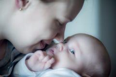 De zuigeling van de babyjongen met zijn moeder royalty-vrije stock foto's
