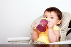 De zuigeling van de baby het drinken van sippy kop Stock Afbeeldingen