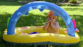 De zuigeling van de baby in pool Stock Afbeelding