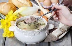 De zure roggesoep die van soured roggebloem en vlees wordt gemaakt Royalty-vrije Stock Afbeeldingen
