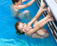 De zuster die van de broer oefeningen in pool doet Stock Fotografie