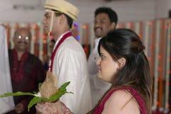 De zuster die van de Indische Hindoese Bruidegom bruidegom bij het ritueel van het ruilen van slinger in maharashtra huwelijk beki Royalty-vrije Stock Fotografie