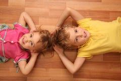 De zuster en de broer liggen op vloer Royalty-vrije Stock Foto