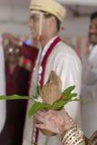 De zuster van de Indische Hindoese Bruidegom met kokosnoot in haar handen bij het ritueel van het ruilen van slinger in maharashtr Stock Afbeeldingen