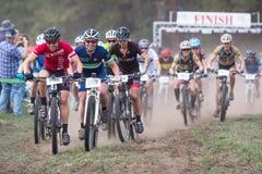 2014 de zusters jagen de Race van de Bergfiets op de vlucht Royalty-vrije Stock Foto