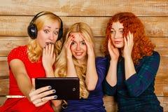 De zusters maken pret selfie, luisterend aan muziek op hoofdtelefoons Stock Fotografie
