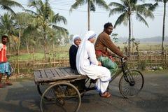 De zusters van Missionarissen van Liefdadigheid van Moeder Teresa door riksja bezoeken patiënten in Sundarbans, West-Bengalen, stock afbeeldingen