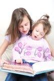 De zusters in woonkamerlezing boeken Royalty-vrije Stock Afbeelding